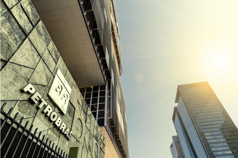Edificio de la sede de la compañía petrolera Petrobras durante el anochecer visto desde abajo junto con otros edificios de oficinas