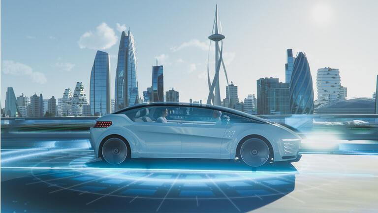 Aufnahme eines futuristischen selbstfahrenden Vans, der sich auf einem öffentlichen Highway in einer modernen Stadt mit gläsernen Wolkenkratzern bewegt. Schöne Frau und Senior Mann sind ein Gespräch in einem fahrerlosen autonomen Fahrzeug.