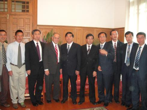Political and adminstrative leadership of Kunming on right.  JPods team on right.