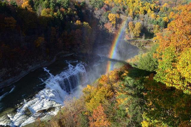 https://upload.wikimedia.org/wikipedia/commons/thumb/e/e5/Letchworth_State_Park_in_autumn.JPG/1024px-Letchworth_State_Park_in_autumn.JPG