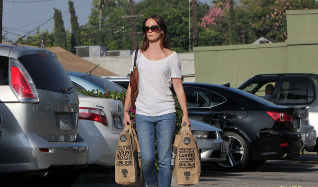 Actress Emily Blunt leaving Whole Foods with her groceries, via Just Ared.