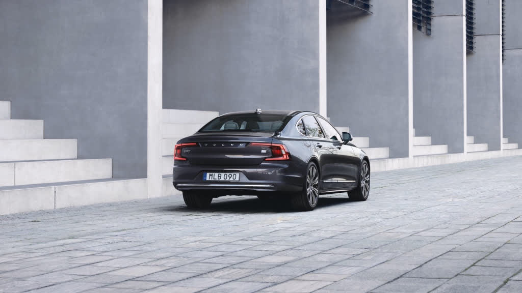 2021 Volvo S90 (concealed exhaust tips)